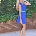 Vestido azul klein y cangrejeras de tachuelas