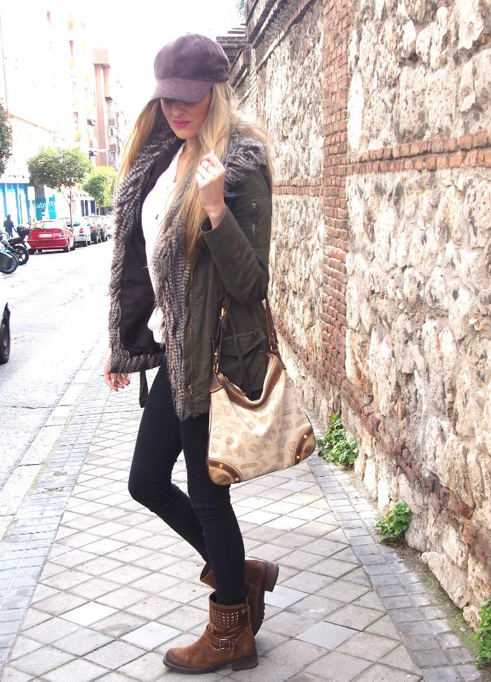Estilismo skinny jeans, gorra cap, fur vest y parka. Combinado con bolso de Loewe.