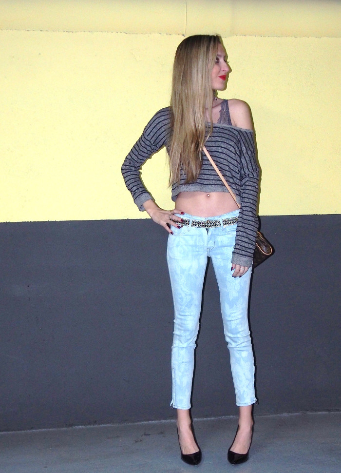 skinny jeans and crop top outfit