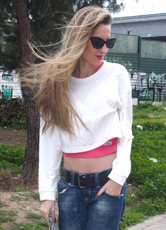 Boyfriend jeans combinados con cropped hoodie y stilettos