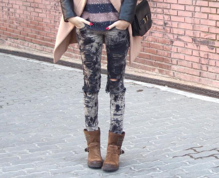 Pantalones ripped y desteñidos con jersey de rayas y abrigo en dos colores.