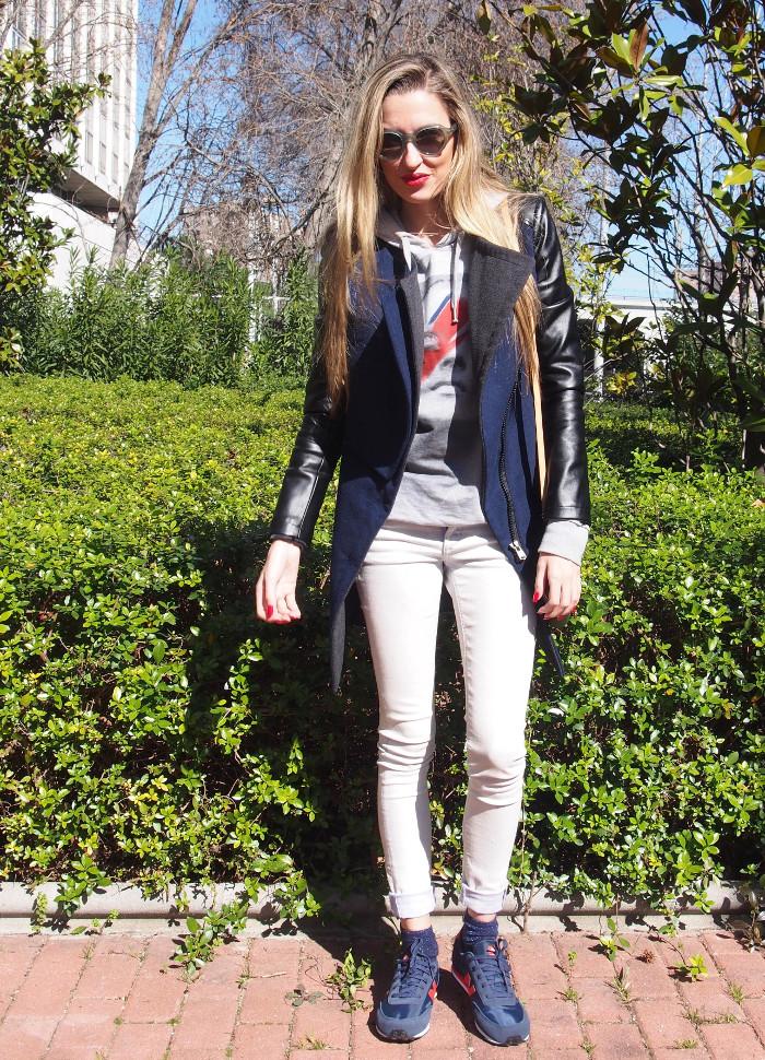 Abrigo de vestir combinado con zapatillas New Balance y bolso de Louis Vuitton