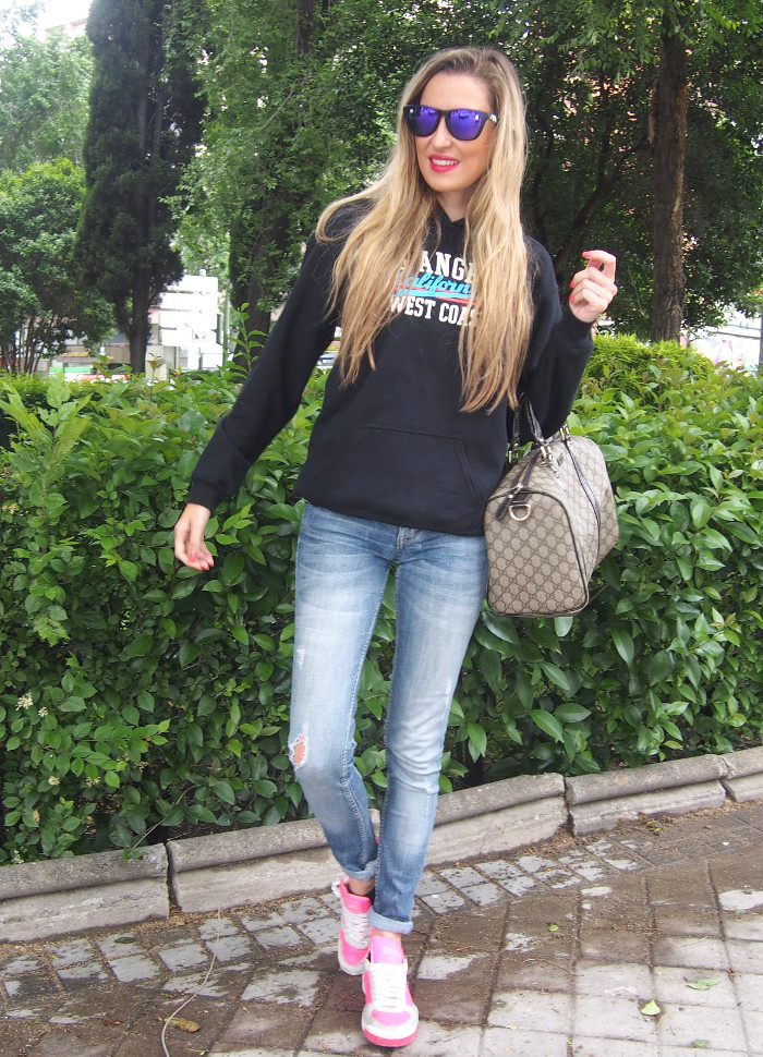 California_Hoodie_Jeans_Pink_Sneakers_Boston_Bag_Gucci_Blenders_Mirror_Sunnies_Lara_Martin_Gilarranz_Bymyheels