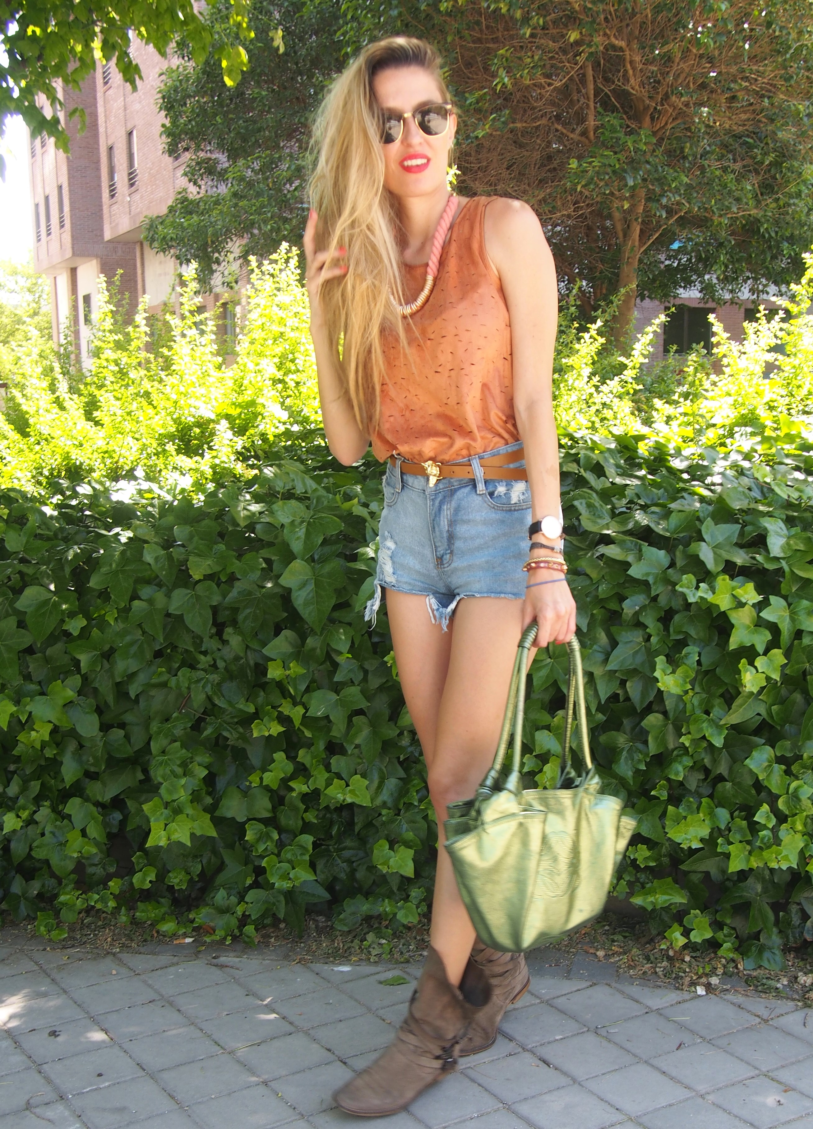Shorts_Top_Boots_Aire_Loewe_Lara_Martin_Gilarranz_Bymyheels