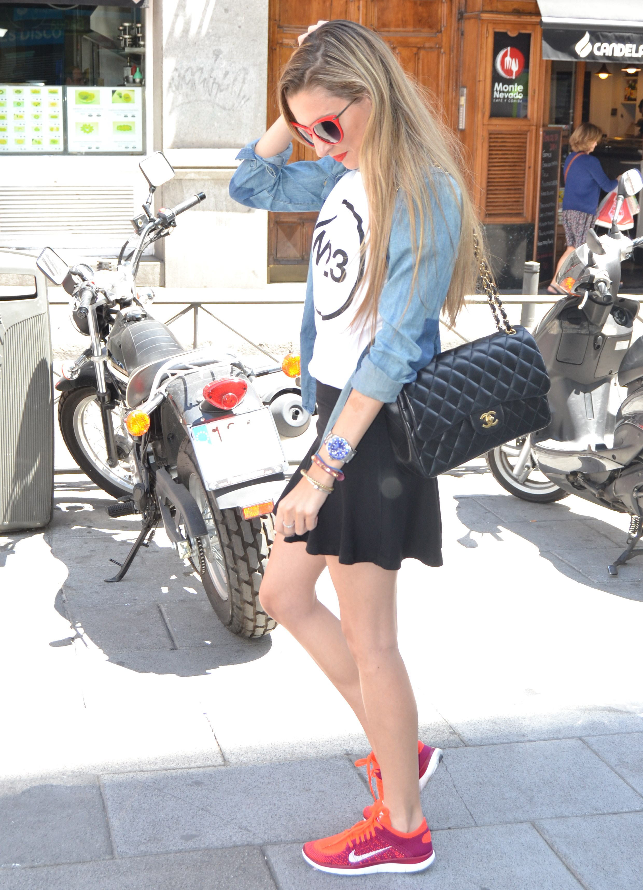 Nike_Free_FlyKnight_Sneakers_Chanel_255_Chanel_Bag_Guess_Sunglasses_Denim_Shirt_Lara_Martin_Gilarranz_Bymyheels (1)