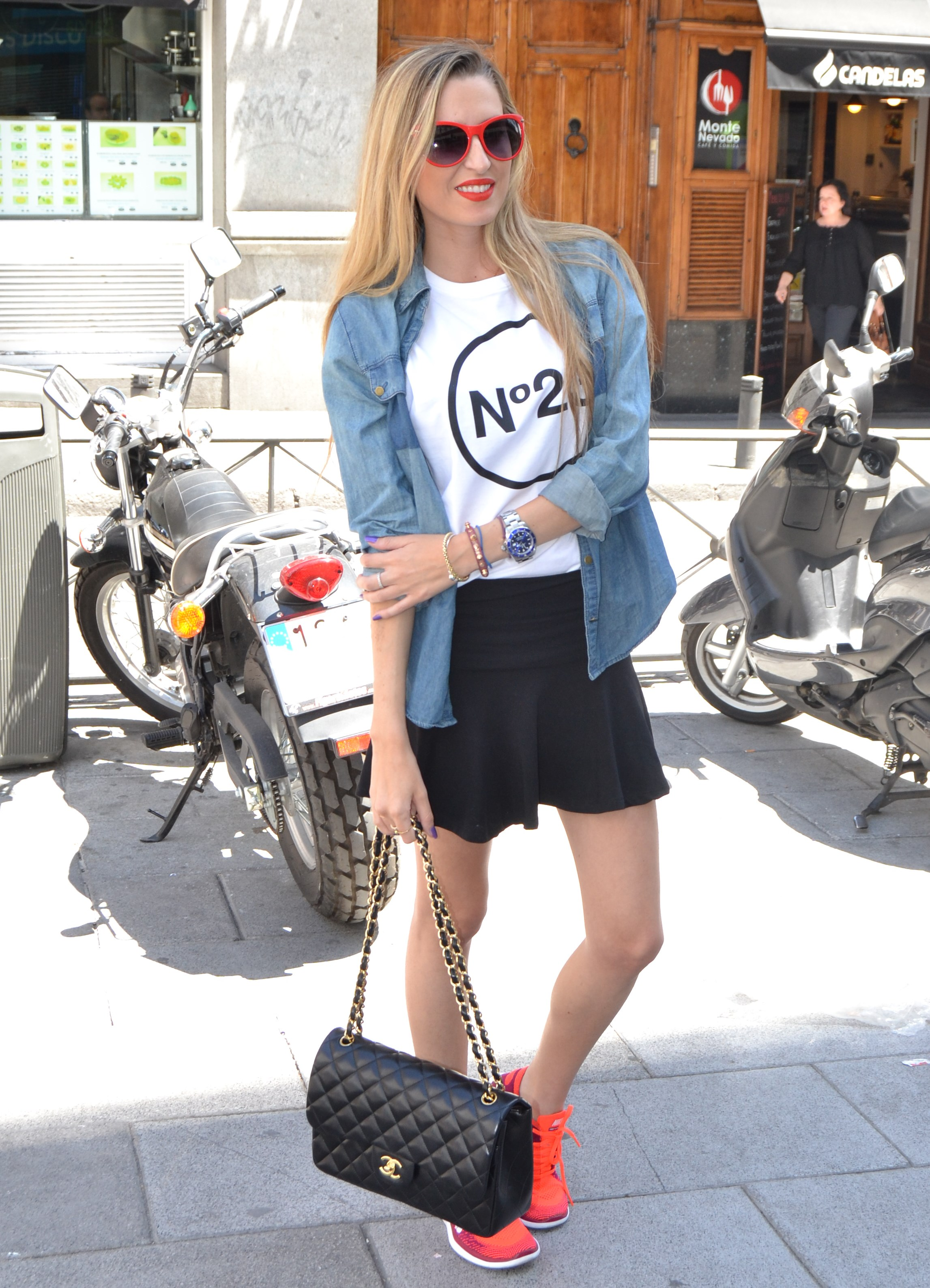 Nike_Free_FlyKnight_Sneakers_Chanel_255_Chanel_Bag_Guess_Sunglasses_Denim_Shirt_Lara_Martin_Gilarranz_Bymyheels (3)
