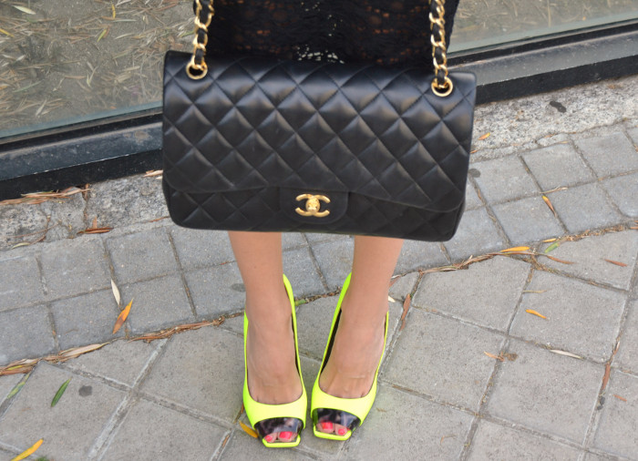 Huawei_Total_Black_Midi_Skirt_Fluor_Heels_Versace_Cat_Eye_Sunglasses_255_Chanel_Bag_Lara_Martin_Gilarranz_Bymyheels (12)