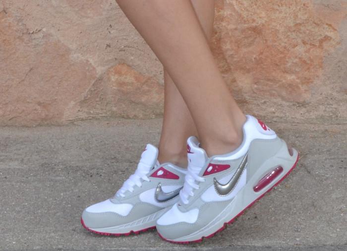 Nike_Airmax_Shorts_Forever_21_Mini_Messenger_Michael_Kors_Sweatshirt_Mirror_Sunnies_Lara_Martin_Gilarranz_Bymyheels (9)