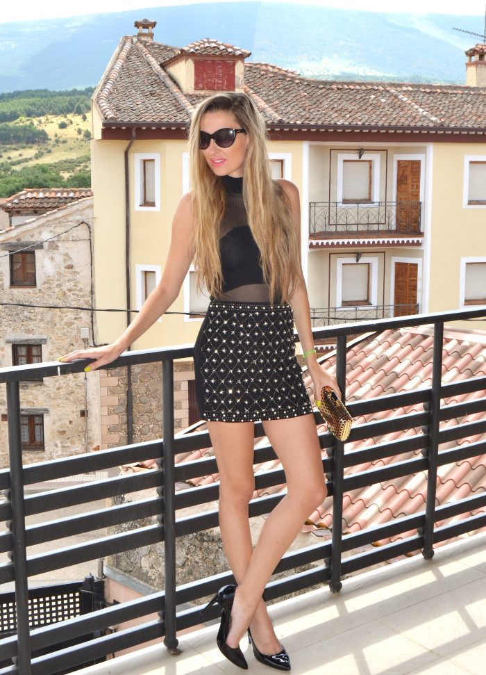 Total_Black_Sister_Jane_Body_Jewel_Skirt_Charol_Heels_Golden_Clutch_Armand_Basi_Lara_Martin_Gilarranz_Bymyheels (4)