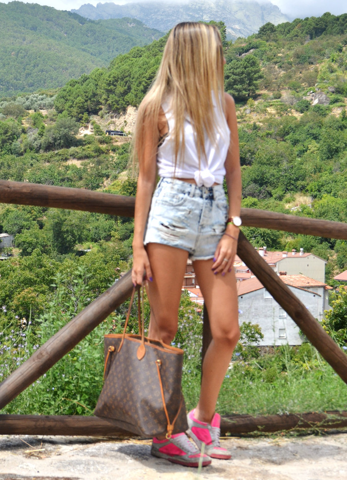 High_Waisted_Shorts_Top_MIU_MIU_Glasses_Louis_Vuitton_Lara_Martin_Gilarranz_Bymyheels (1)
