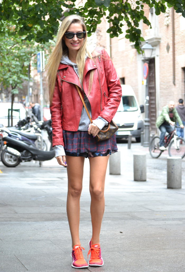 Tiendas_Nike_Louis_Vuitton_Speedy_Tartan_Skirt_Perfecto_Leather_Jacket_Wayfarer_Ray_Ban_Lara_Martin_Gilarranz_Bymyheels (3)