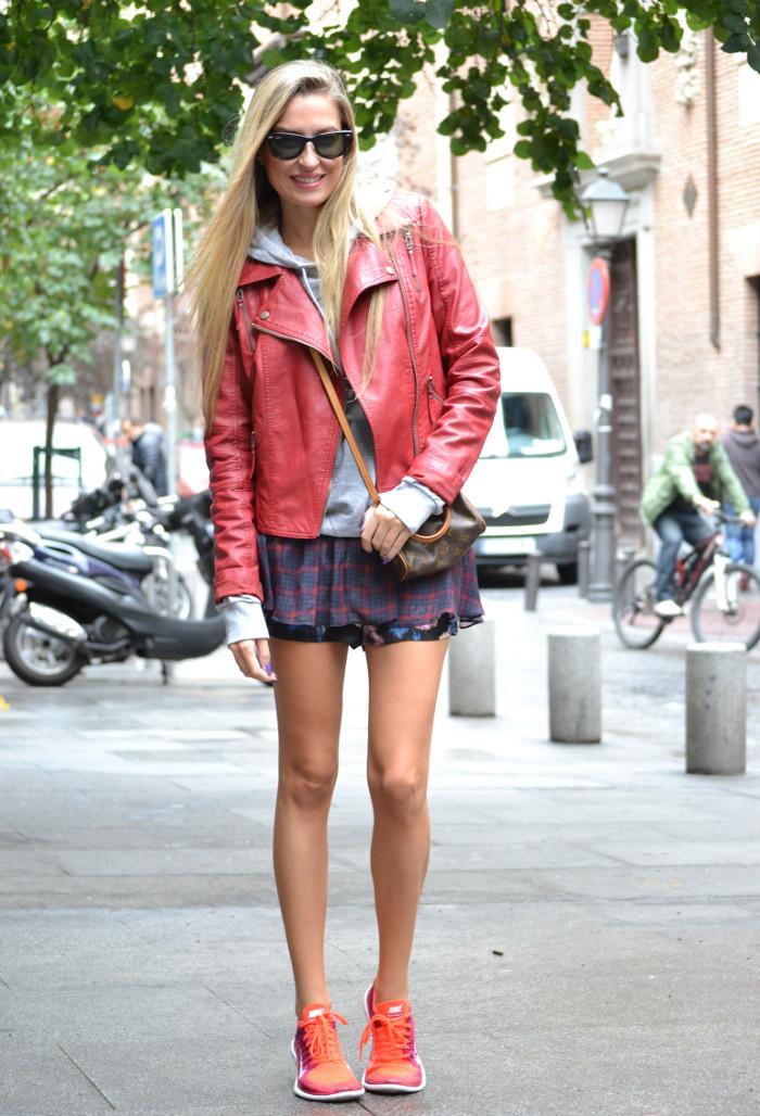 Tiendas_Nike_Louis_Vuitton_Speedy_Tartan_Skirt_Perfecto_Leather_Jacket_Wayfarer_Ray_Ban_Lara_Martin_Gilarranz_Bymyheels (3)