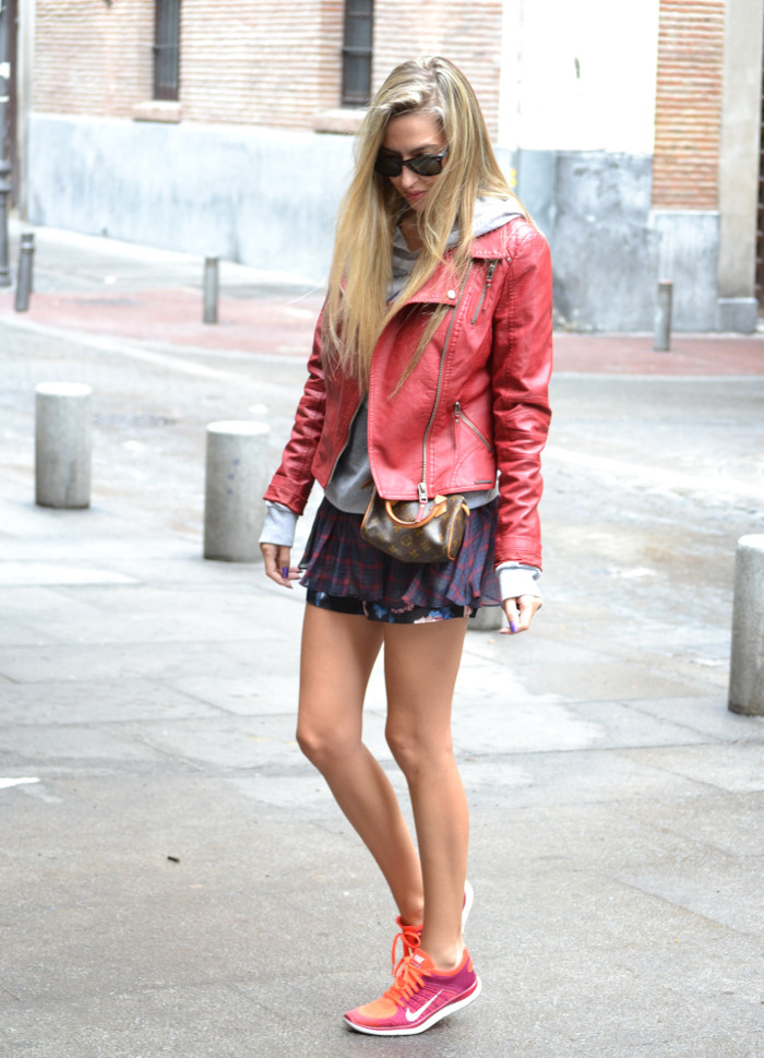 Tiendas_Nike_Louis_Vuitton_Speedy_Tartan_Skirt_Perfecto_Leather_Jacket_Wayfarer_Ray_Ban_Lara_Martin_Gilarranz_Bymyheels (4)