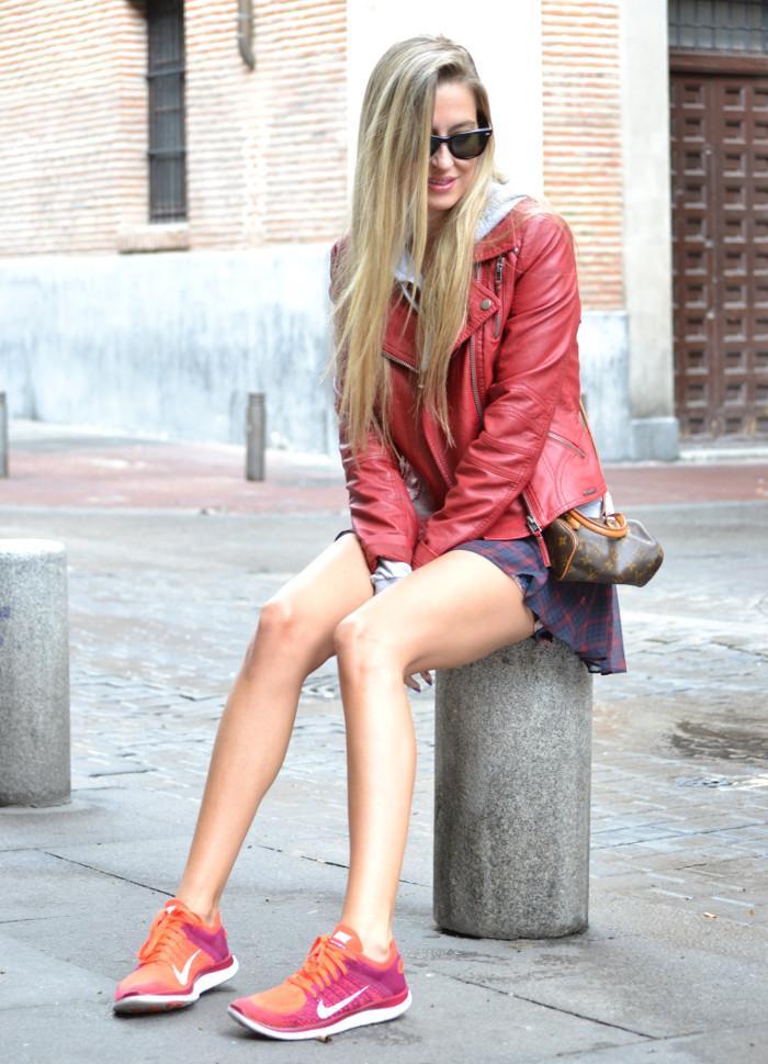 Tiendas_Nike_Louis_Vuitton_Speedy_Tartan_Skirt_Perfecto_Leather_Jacket_Wayfarer_Ray_Ban_Lara_Martin_Gilarranz_Bymyheels (8)