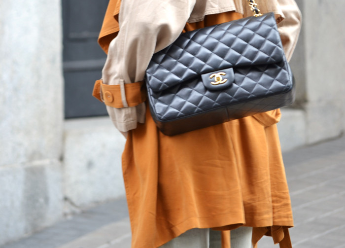 Trench_255_Chanel_Bag_Jeans_New_Balance_Giorgio_Armani_Lara_Martin_Gilarranz_Bymyheels (2)