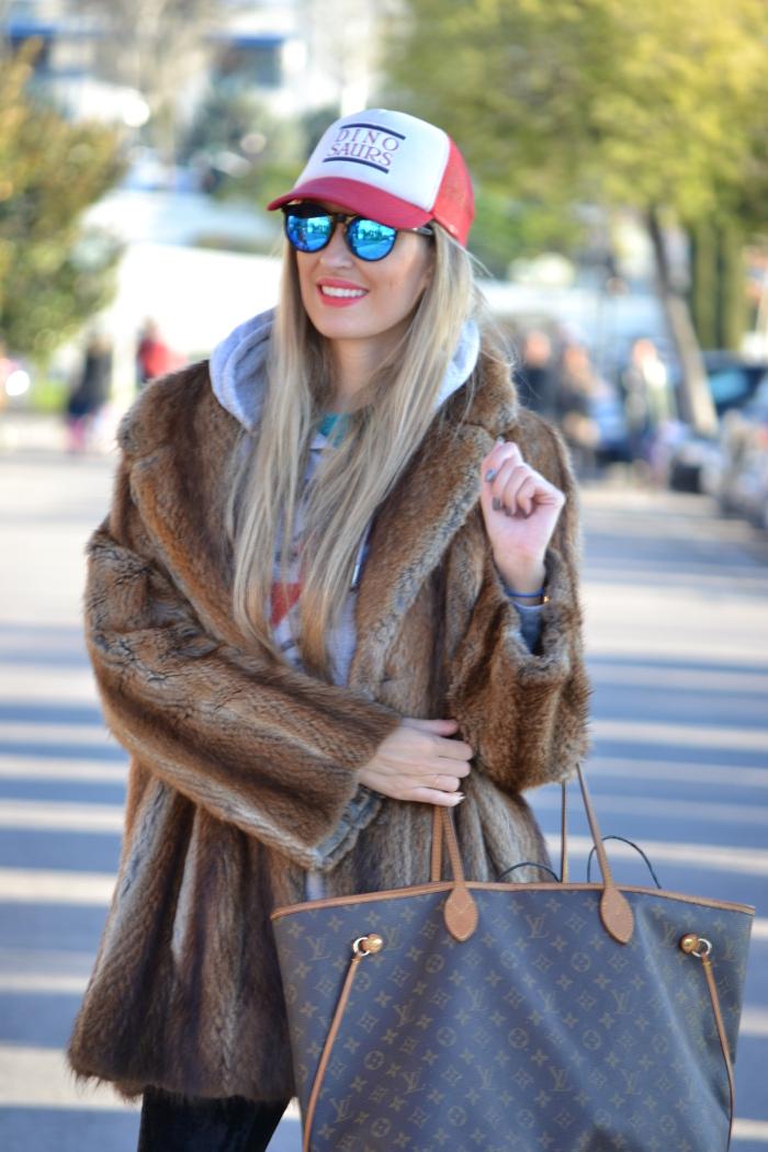 Fur_Cap_Sweatshirt_Neverfull_Louis_Vuitton_BootiesVelvet_Lara_Martin_Gilarranz_Bymyheels (7)