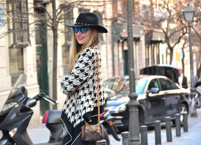 Chaqueta_Pata_Gallo_Falda_Tablas_Sombrero_Gafas_Espejo_Mini_Speedy_Louis_Vuitton_Over_The_Knee_Lara_Martin_Gilarranz_Bymyheels (8)