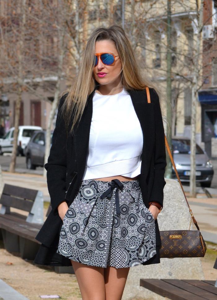 Shorts_Zara_Abrigo_Negro_Sandalias_Calcetines_Rodilla_Gafas_Espejo_ (12)