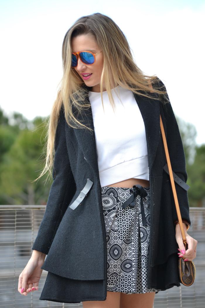 Shorts_Zara_Abrigo_Negro_Sandalias_Calcetines_Rodilla_Gafas_Espejo_ (2)