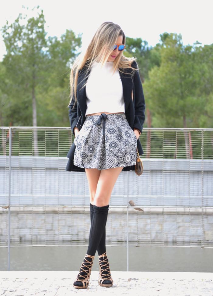 Shorts_Zara_Abrigo_Negro_Sandalias_Calcetines_Rodilla_Gafas_Espejo_ (4)