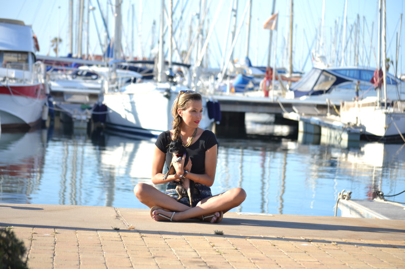 High_Waisted_shorts_Sandals_Tea_Sunglasses_Chihuahua_Port_Boats_Sea_Crop_Top_Lara_Martin_Gilarranz_Bymyheels (9)