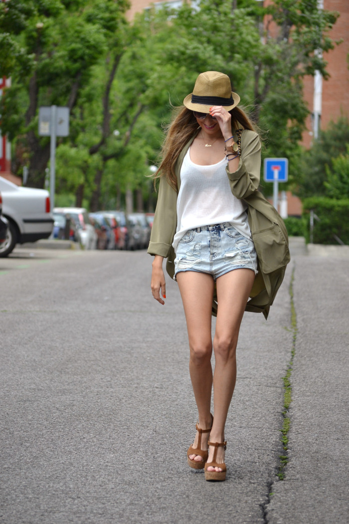 Oversized_Long_Jacket_Ripped_Shorts_Plaftorms_Hat_Jumbo_Chanel_Lara_Martin_Gilarranz_Bymyheels (11)
