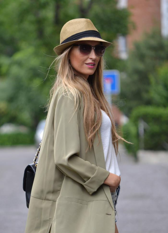 Oversized_Long_Jacket_Ripped_Shorts_Plaftorms_Hat_Jumbo_Chanel_Lara_Martin_Gilarranz_Bymyheels (2)