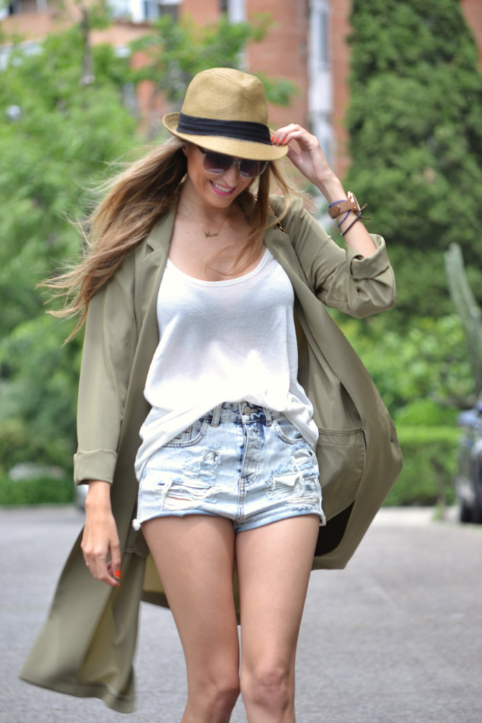 Oversized_Long_Jacket_Ripped_Shorts_Plaftorms_Hat_Jumbo_Chanel_Lara_Martin_Gilarranz_Bymyheels (7)