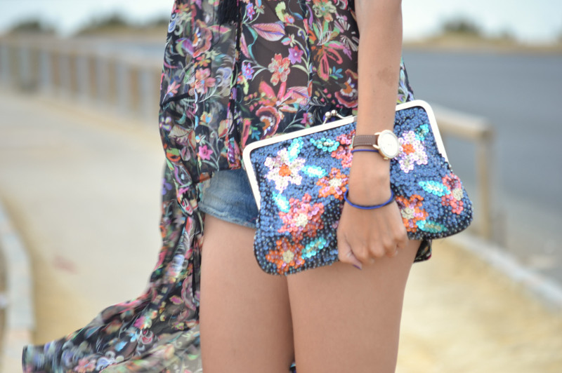 Denim_Shorts_Flowers_Print_Top_Pink_Sandals_Sea_Lara_Martin_Gilarranz_Bymyheels (5)