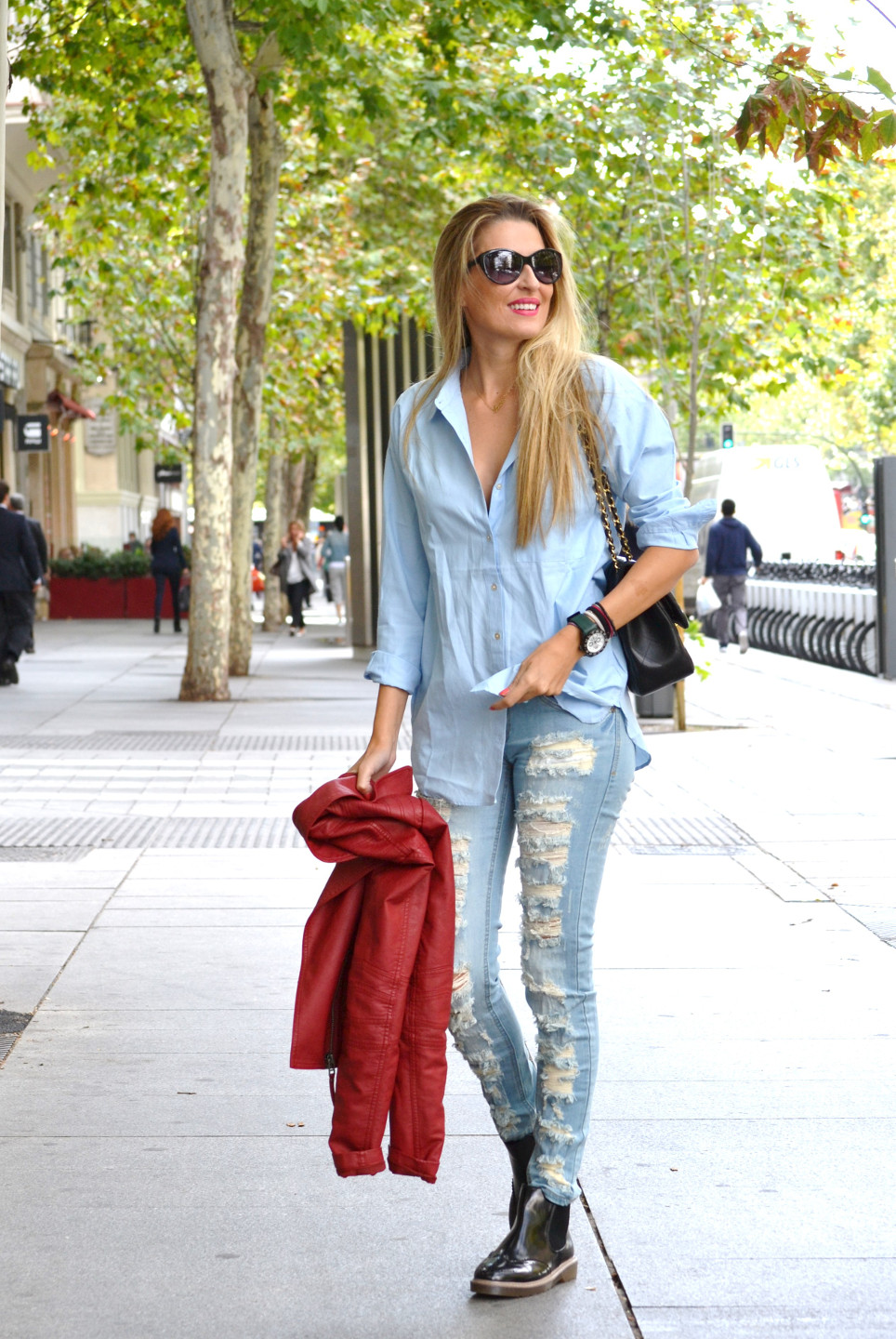 Ripped_Jeans_Booties_Armand_Basi_Sunnies_Leather_Jacket_Jumbo_Chanel_Venca_Lara_Martin_Gilarranz_Bymyheels (11)