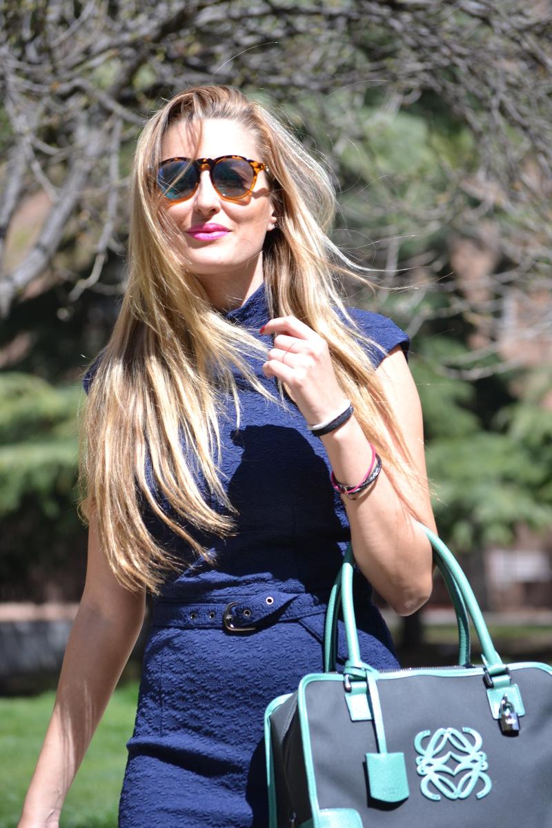 Vestido_Midi_azul_Marino_Oxygene_amazona_loewe_tacon_dorado_lara_martin_gilarranz_bymyheels (9)