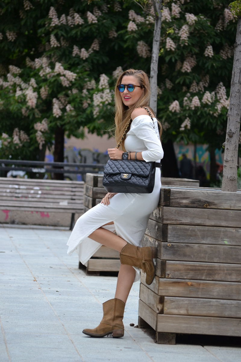 White_Dress_Boots_Spikes_Belt_Jumbo_Chanel_Lara_Martin_Gilarranz_Bymyheels (18)