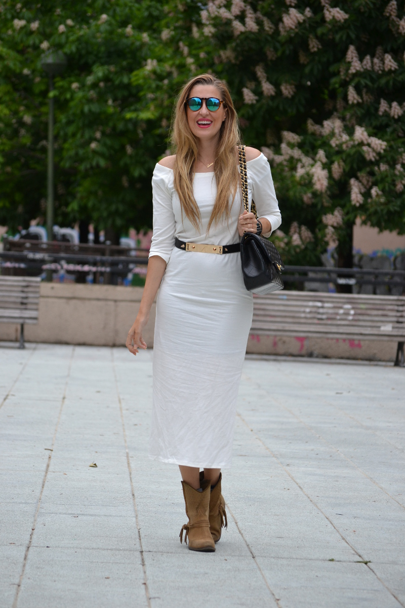 White_Dress_Boots_Spikes_Belt_Jumbo_Chanel_Lara_Martin_Gilarranz_Bymyheels (2)