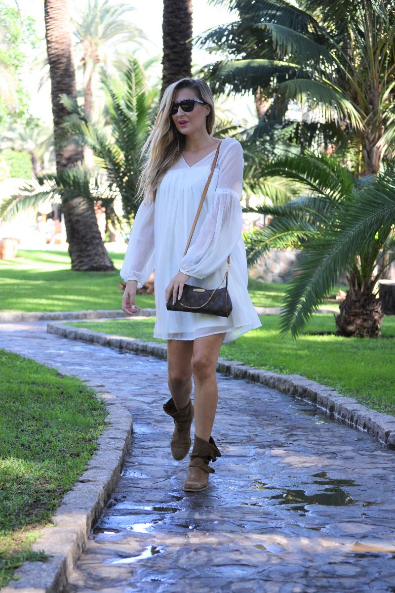 white_dress_gran_canaria_boots_pochette_eva_louis_vuitton_lara_martin_gilarranz_bymyheels-13