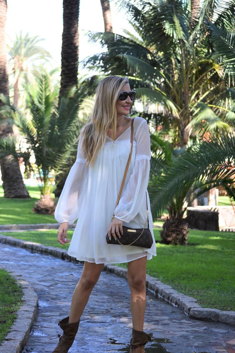 white_dress_gran_canaria_boots_pochette_eva_louis_vuitton_lara_martin_gilarranz_bymyheels-18