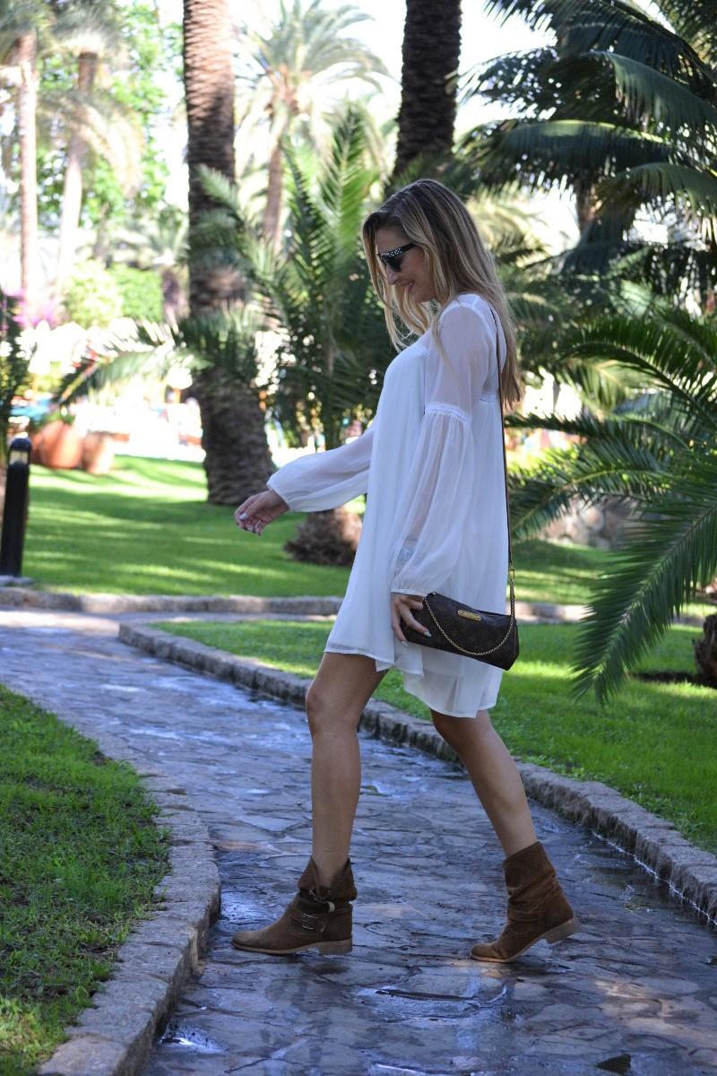 white_dress_gran_canaria_boots_pochette_eva_louis_vuitton_lara_martin_gilarranz_bymyheels-26